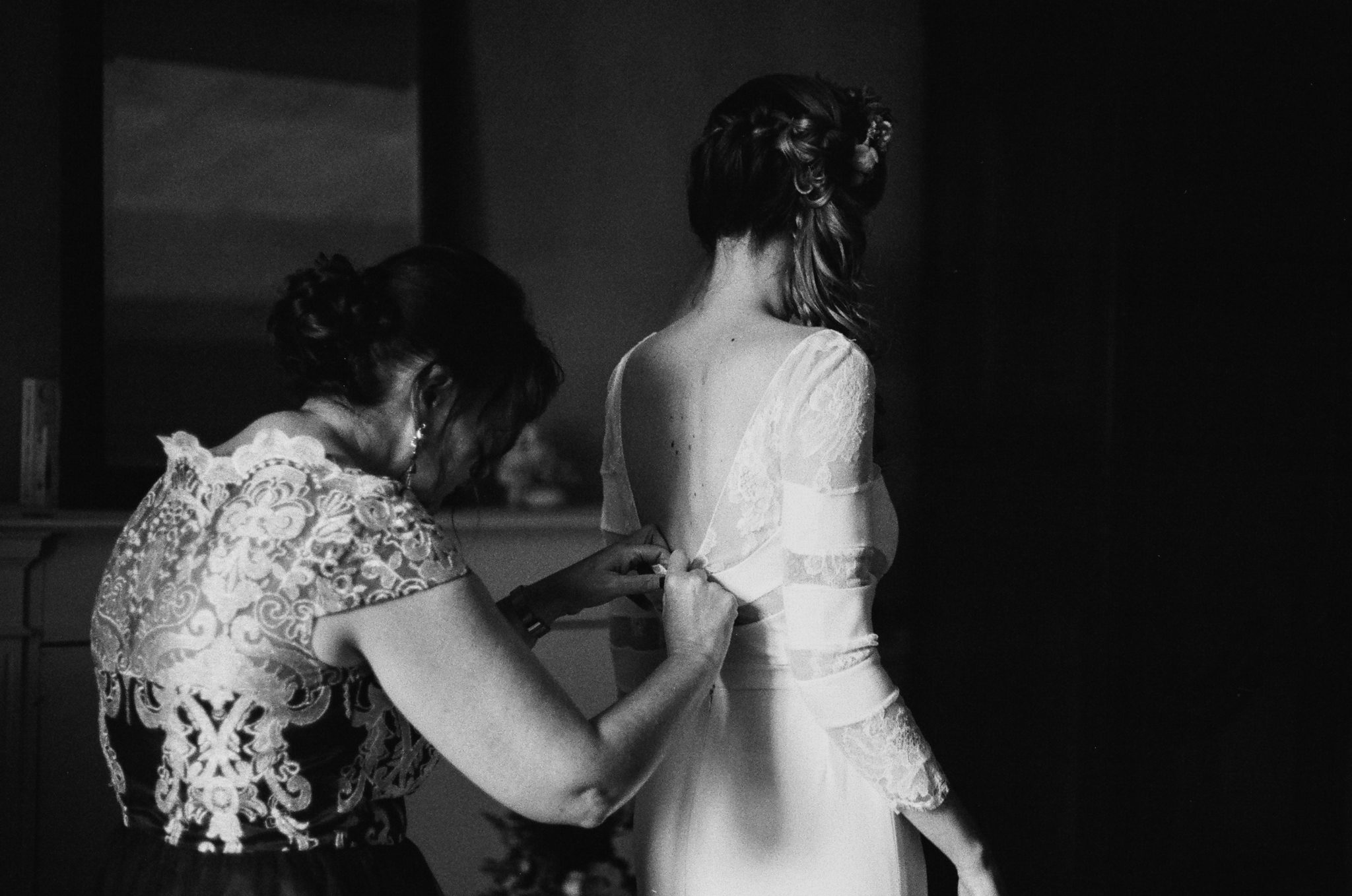 Mariée et sa mère préparatifs Manoir de la Fresnaye argentique noir et blanc