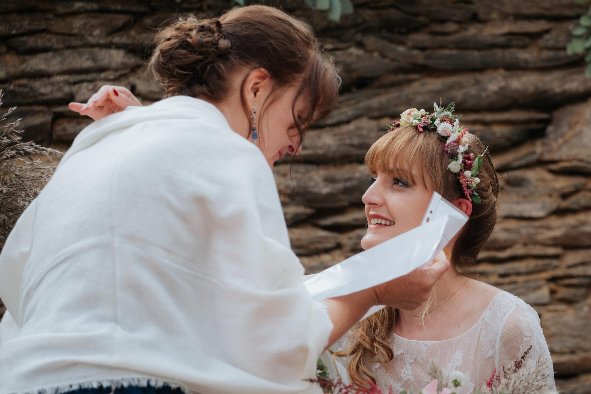 Cérémonie laïque verrière manoir Fresnaye mariés