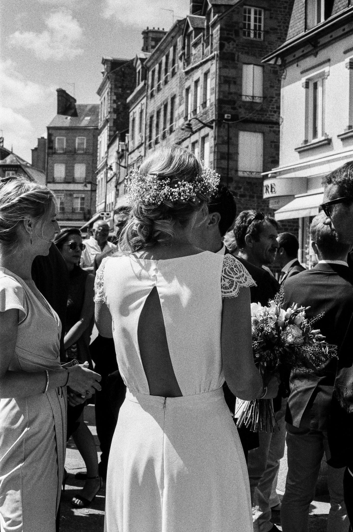 Détail dos robe Lambert Créations sortie église la Ferté Macé