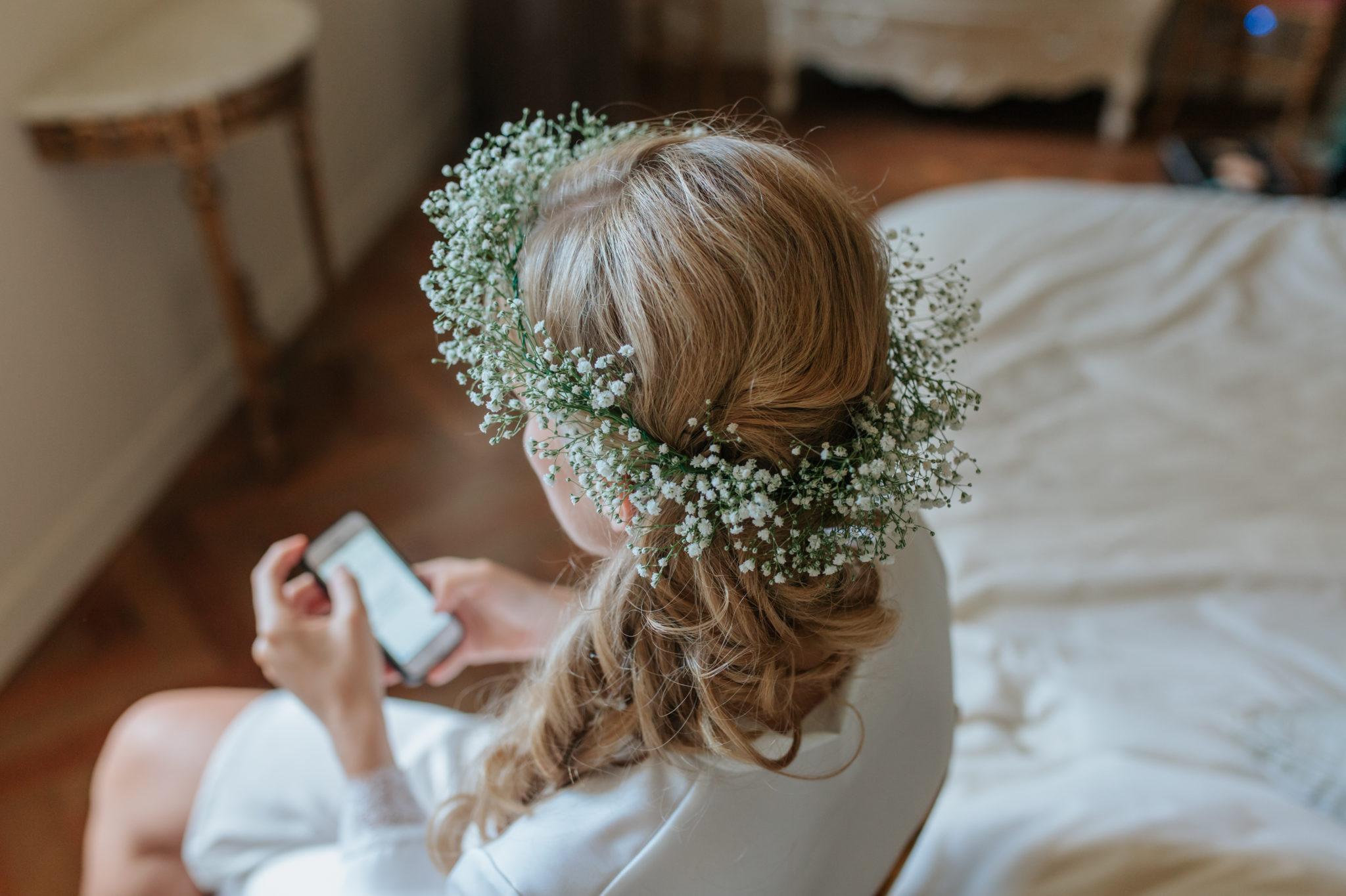 Préparatifs mariée couronne gypsophile Domaine Laumondiere Bagnoles de l'Orne