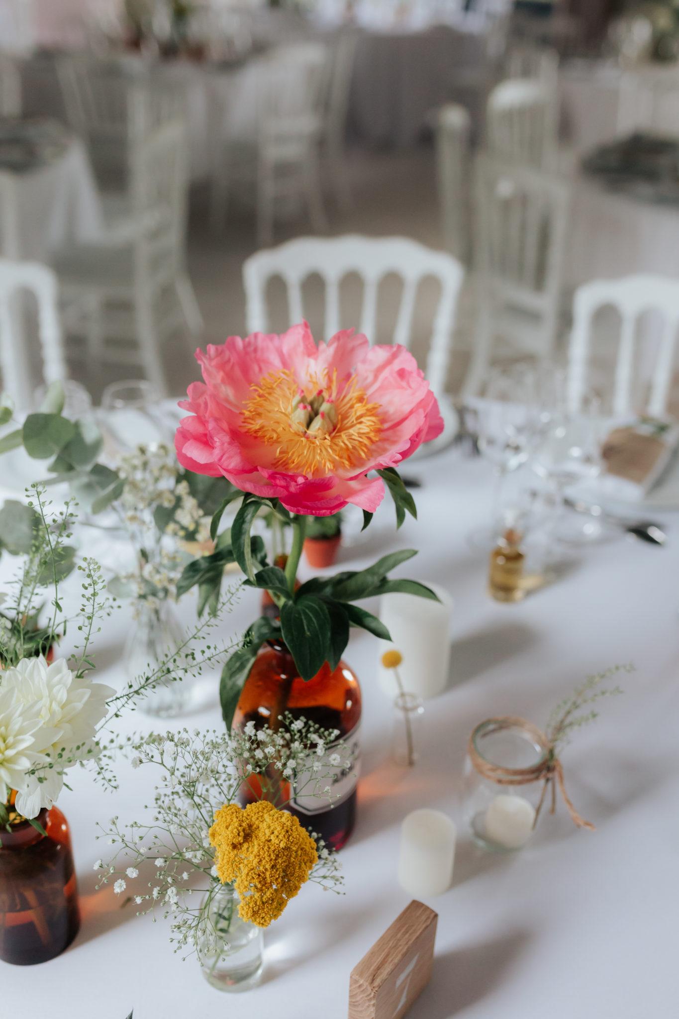 Décoration tables pivoine flacon kinfolk botanique Domaine Laumondiere Bagnoles de l'Orne