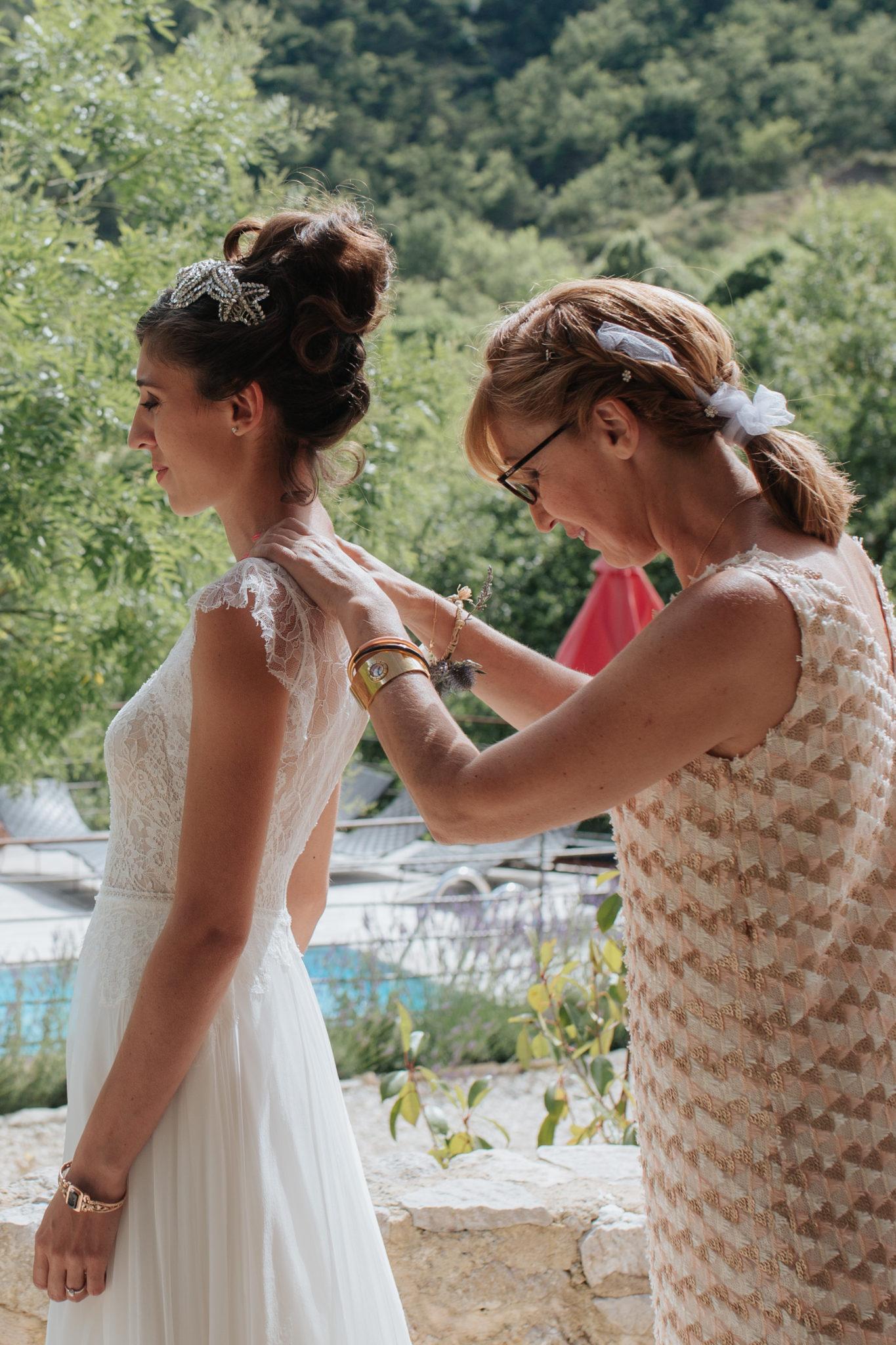 Habillage mariée préparatifs Hameau de Valouse Drome Provencale