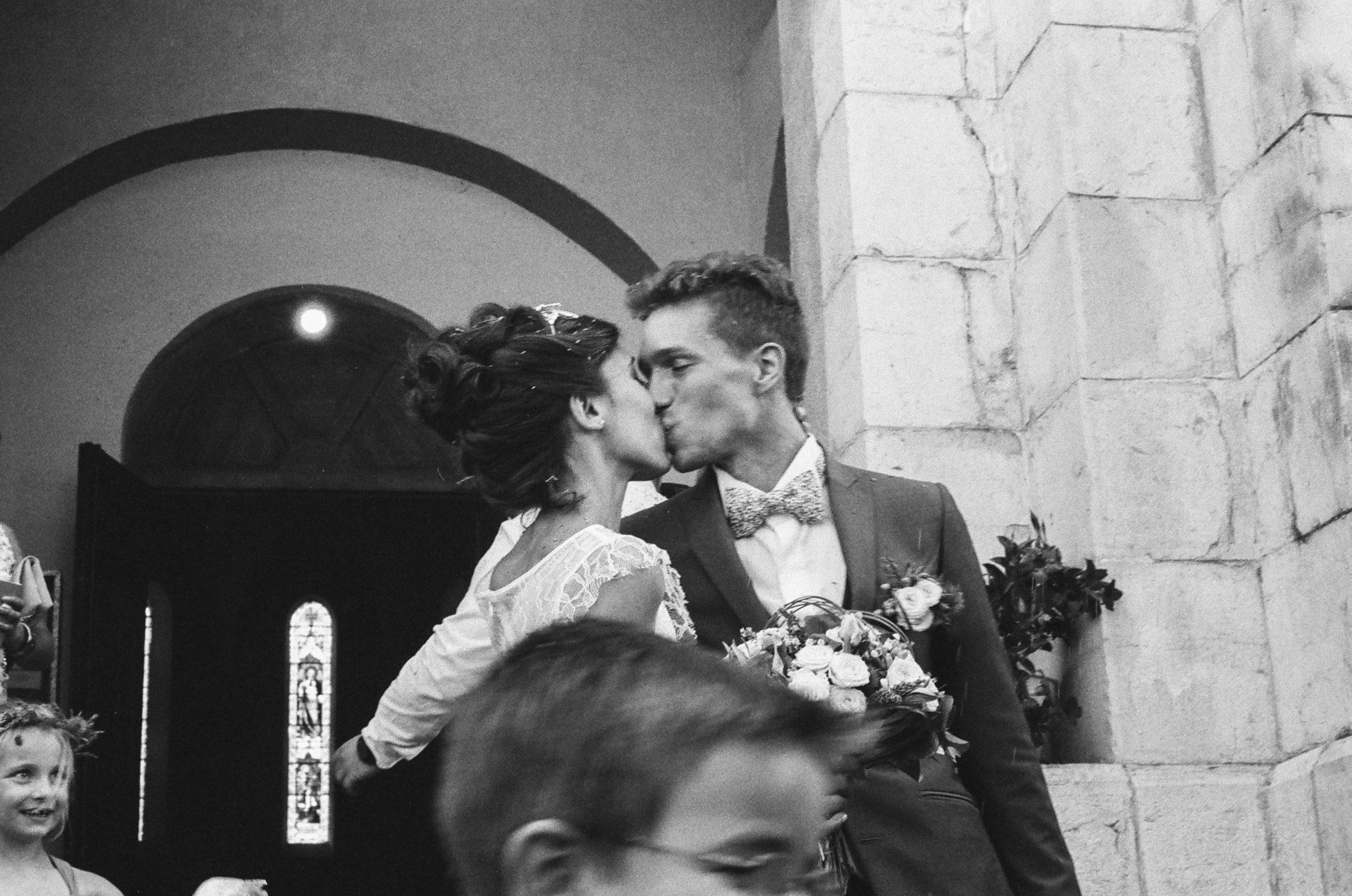 Baiser des mariés sortie église Condorcet cérémonie religieuse Drome Provencale