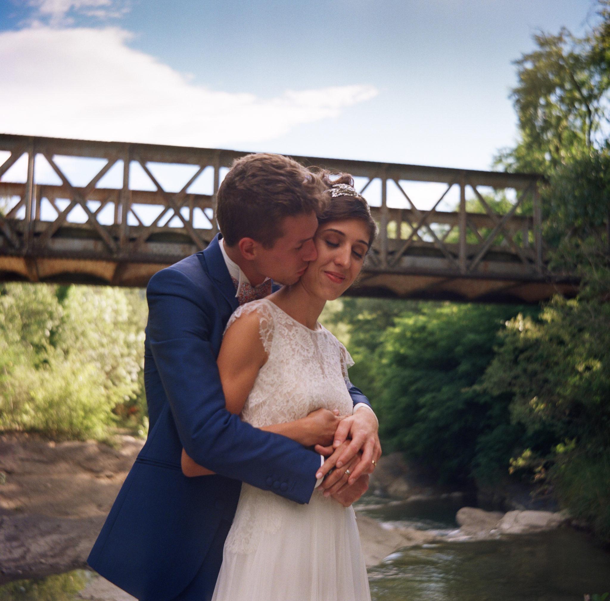 Portrait mariés pont rivière Condorcet Drôme provençale