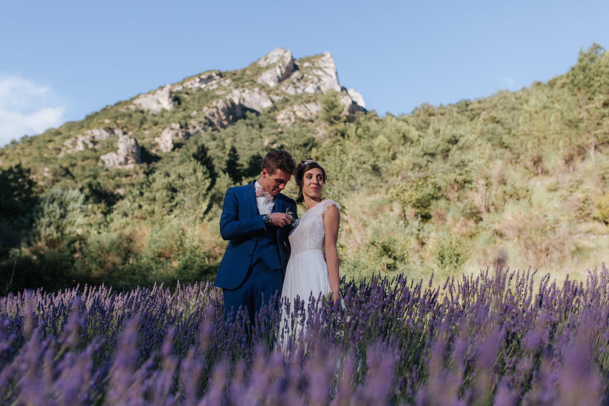 Portrait mariés lavande Condorcet Drôme provençale