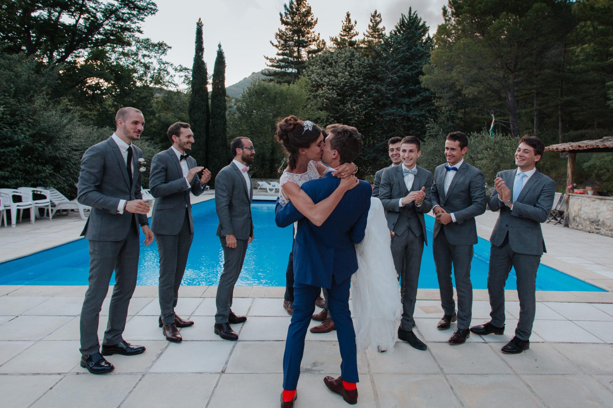Baiser mariés témoins piscine Hameau de Valouse Drôme provençale