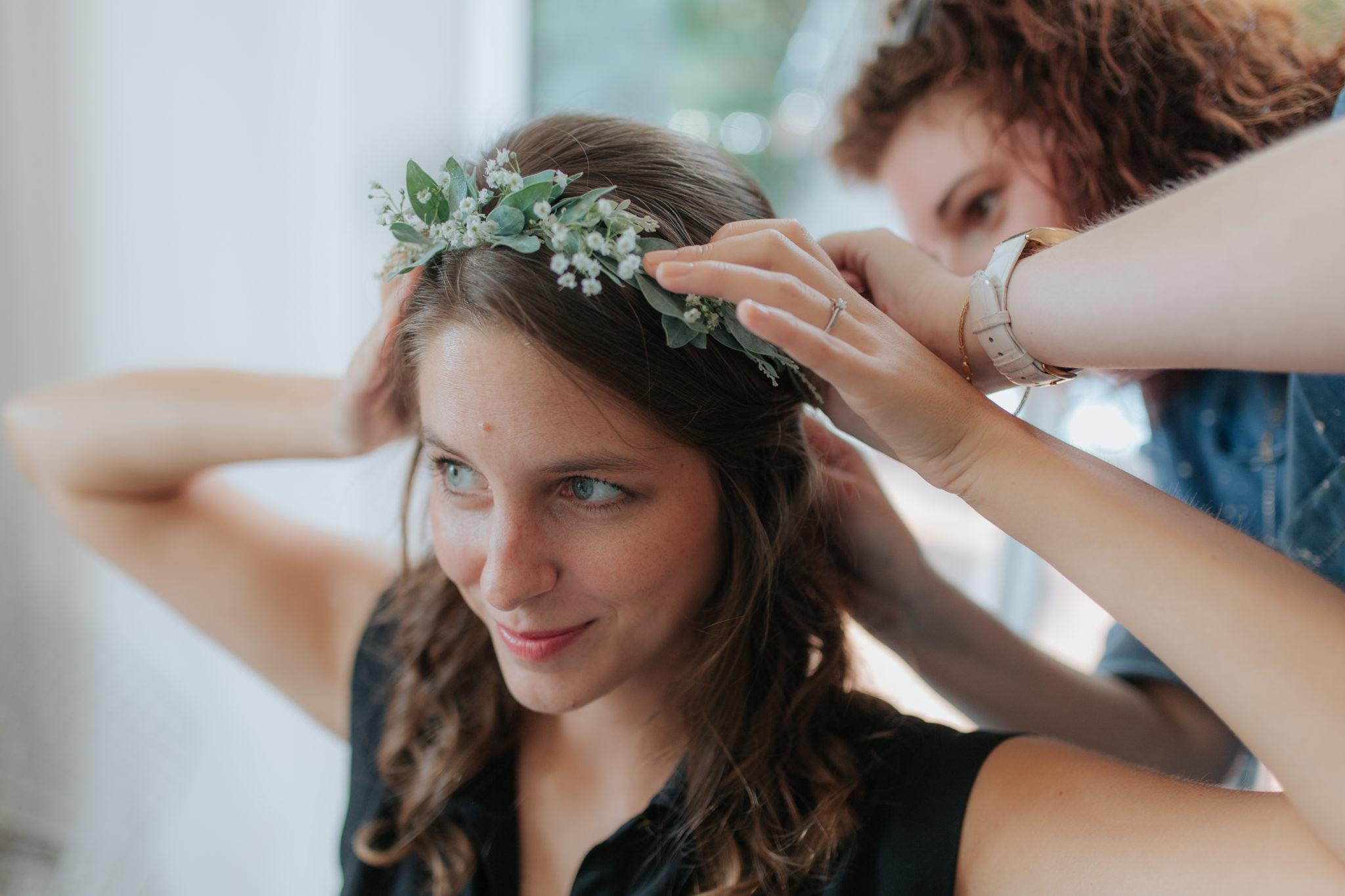 Préparatifs mariée coiffure couronne fleurs Deauville