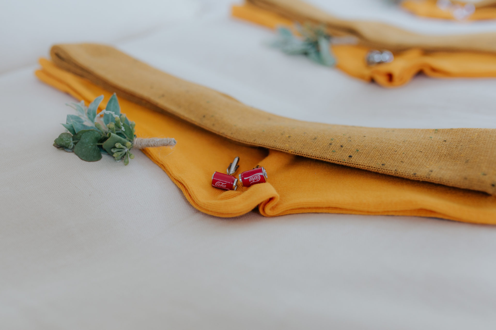Préparatifs marié Trouville accessoires témoins chaussettes boutons manchettes boutonnière jaune