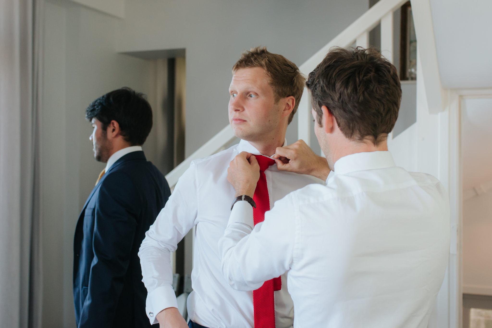 Préparatifs marié témoins best men Trouville cravate rouge