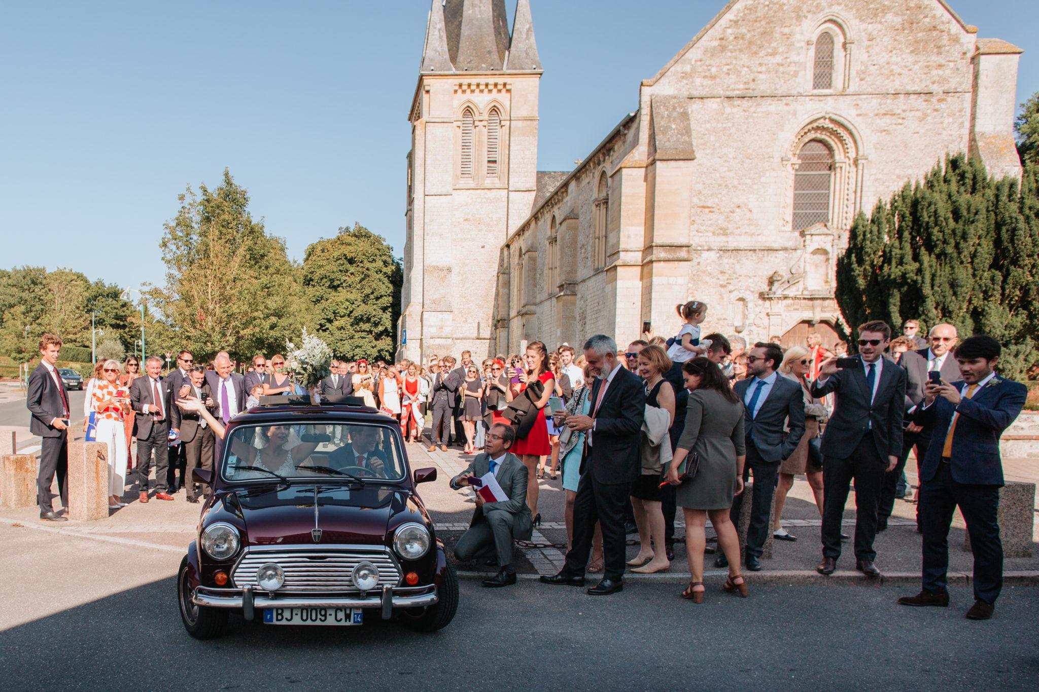 Sortie des mariés austin mini vintage église Touques