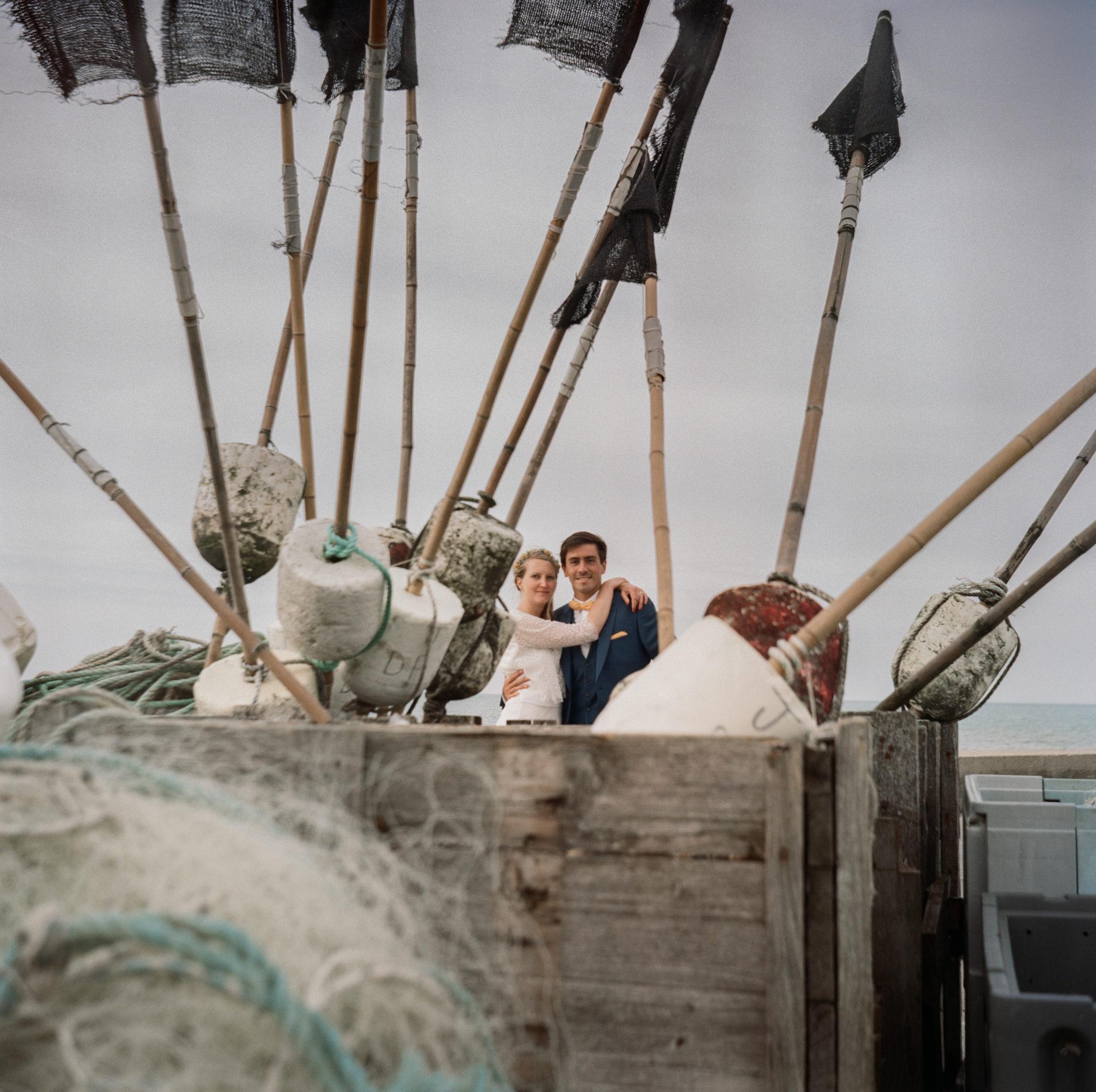 Portrait mariés plage galets St Aubin sur Mer Normandie Lubitel