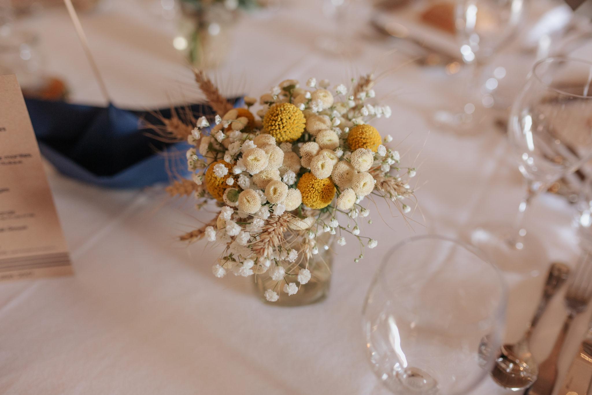 Bouquet centre de table fleurs jaunes et blanches Manoir Ango Varengeville sur Mer