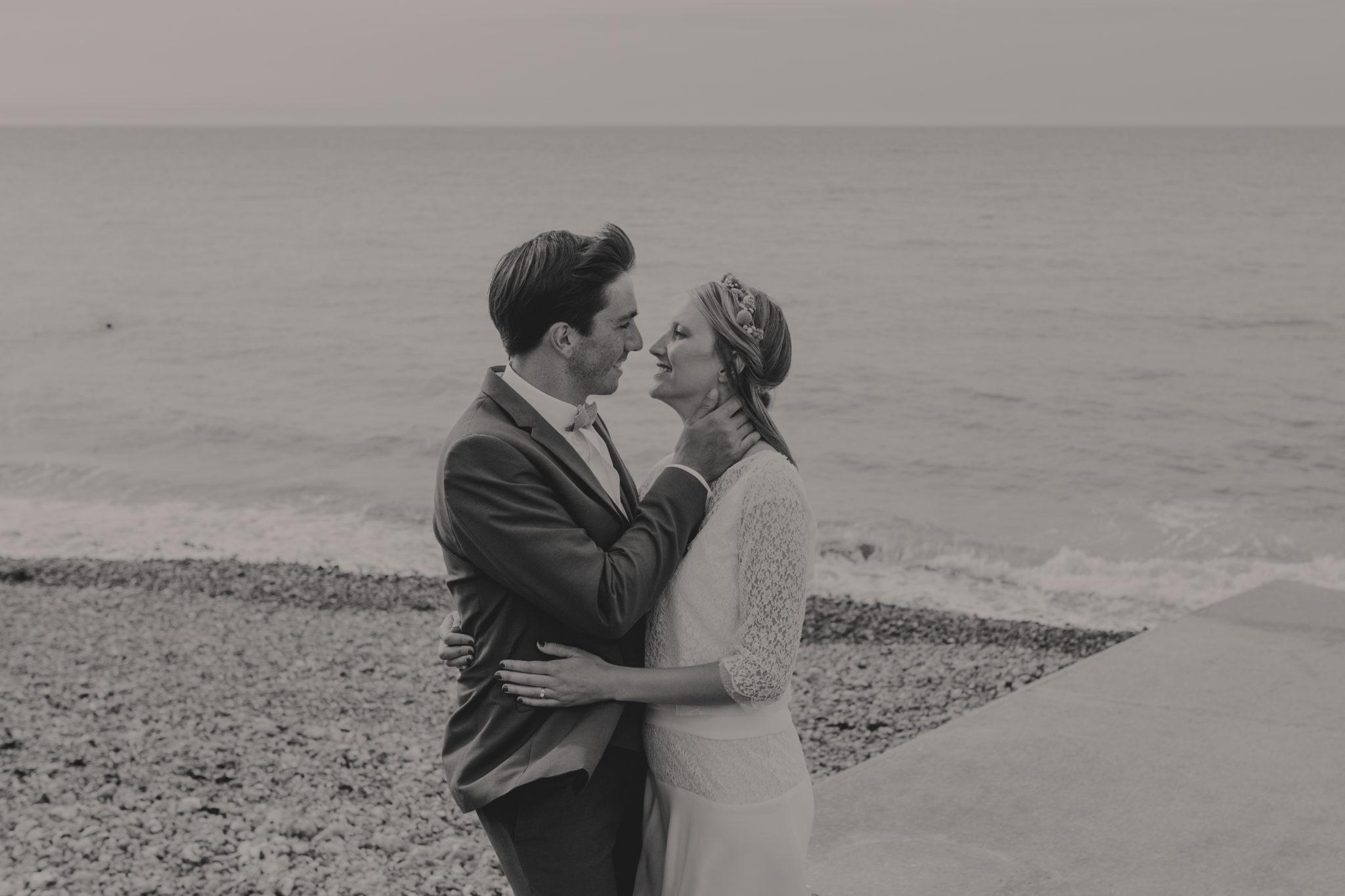 Portrait mariés St Aubin sur Mer plage galets