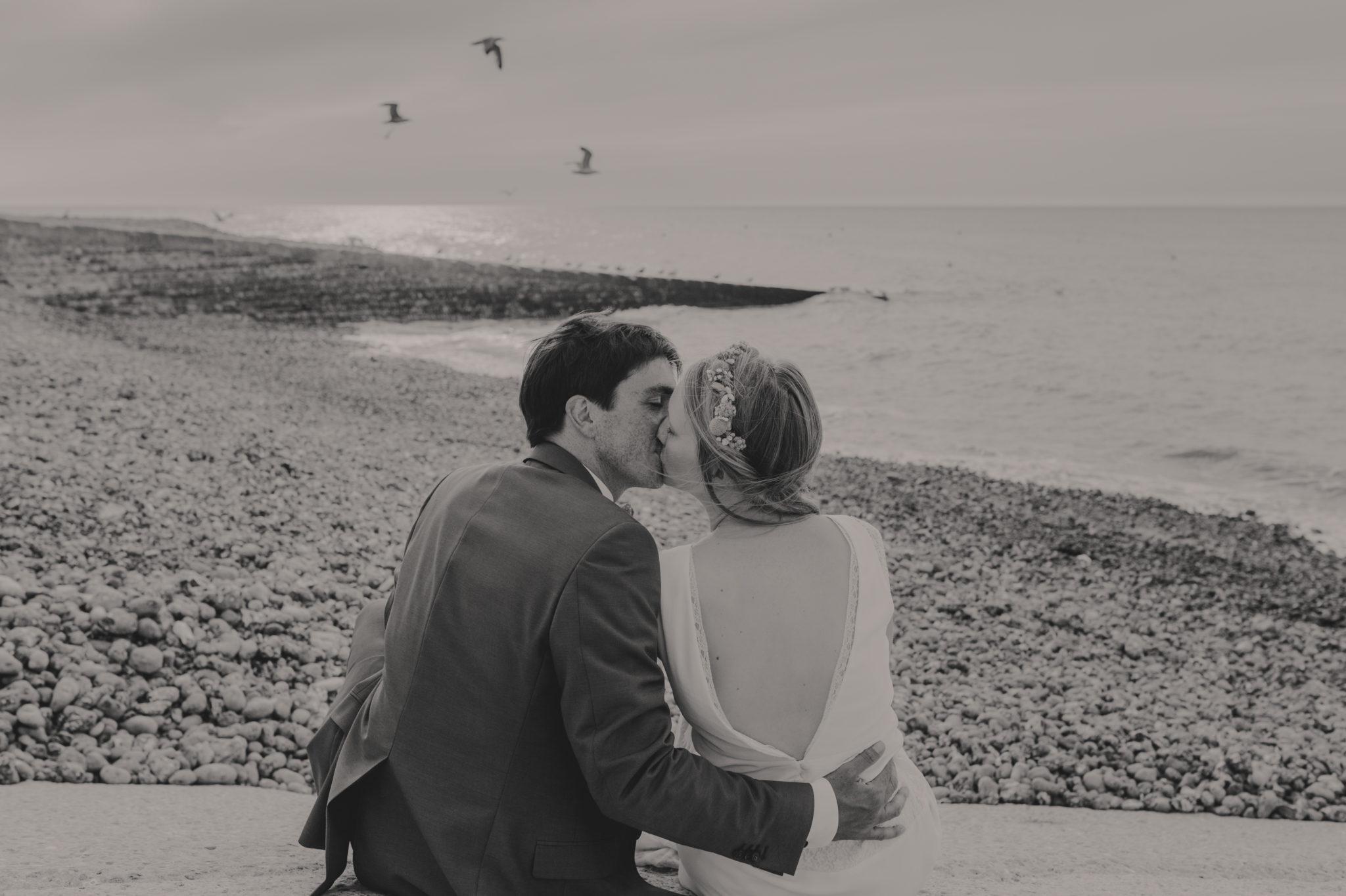 Portrait mariés plage galets St Aubin sur Mer Normandie