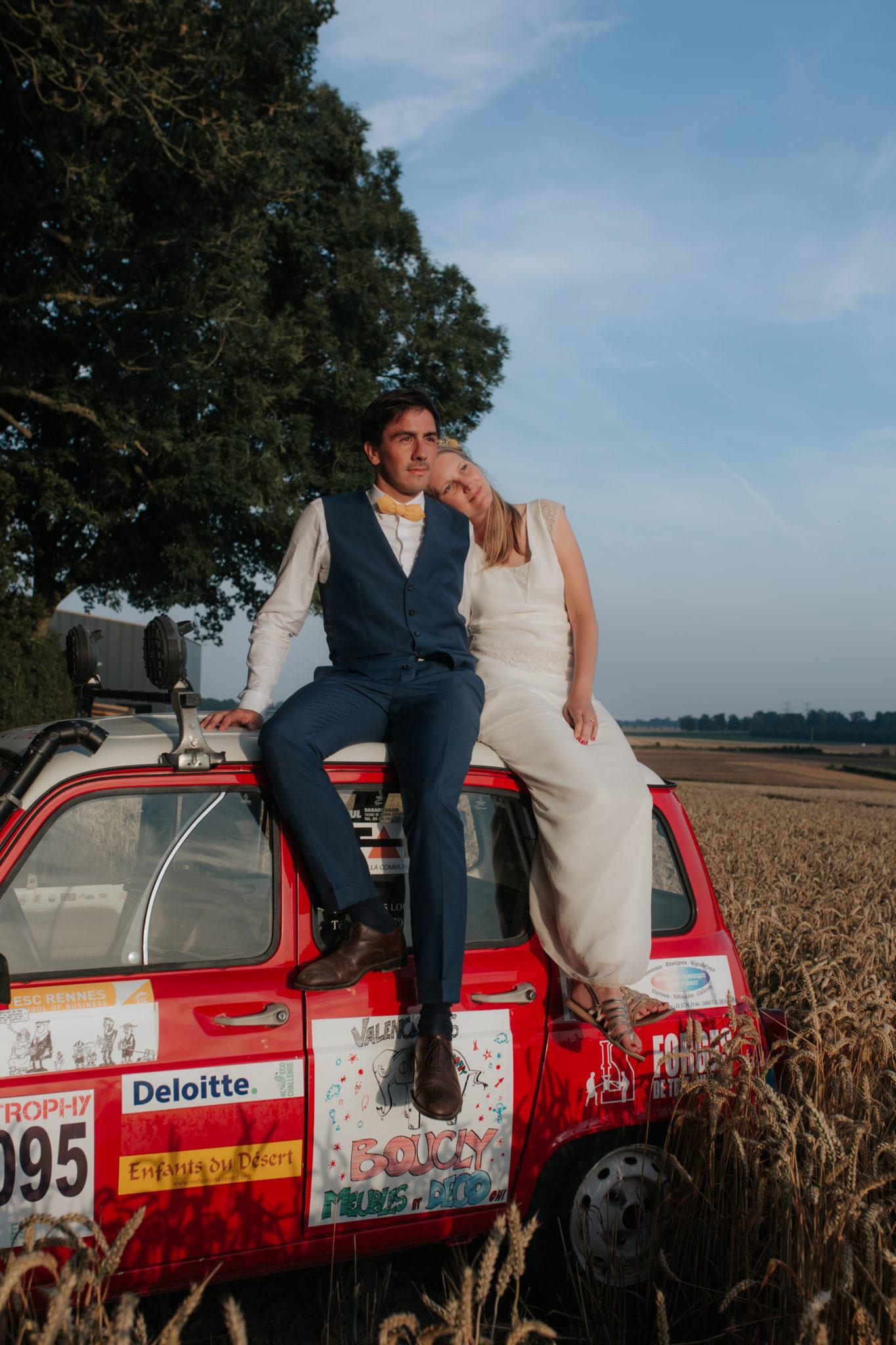 Portrait mariés 4L champ blé ferme Totes Normandie