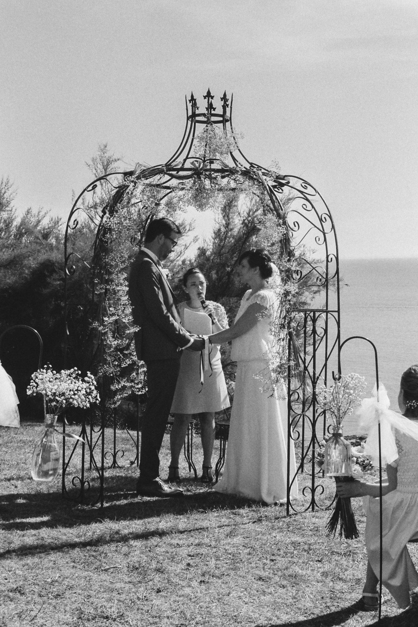 Echange voeux mariés cérémonie laïque Granville Château de la Crête