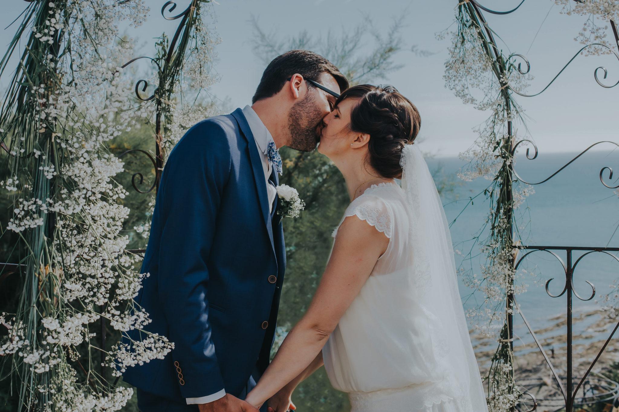 Baiser mariés cérémonie laïque falaise Granville Château de la Crête