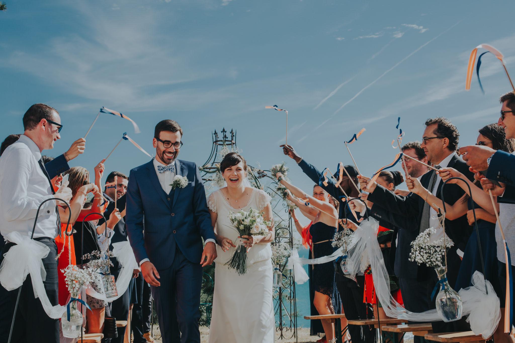 Sortie mariés rubans cérémonie laïque falaise Granville Château de la Crête