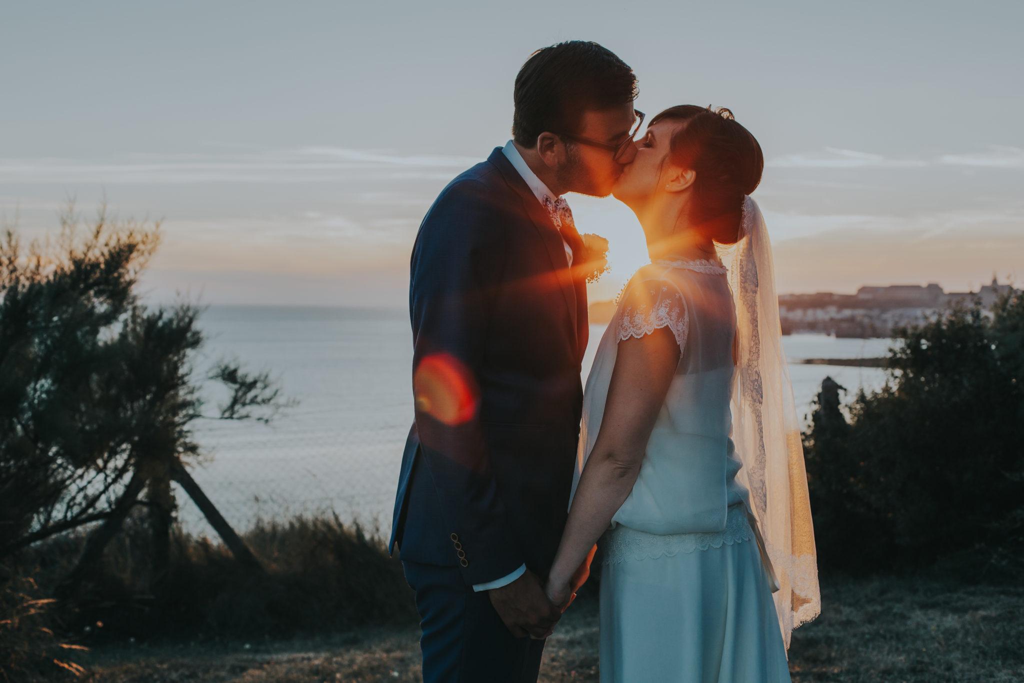 Baiser mariés coucher soleil Granville Château de la Crête