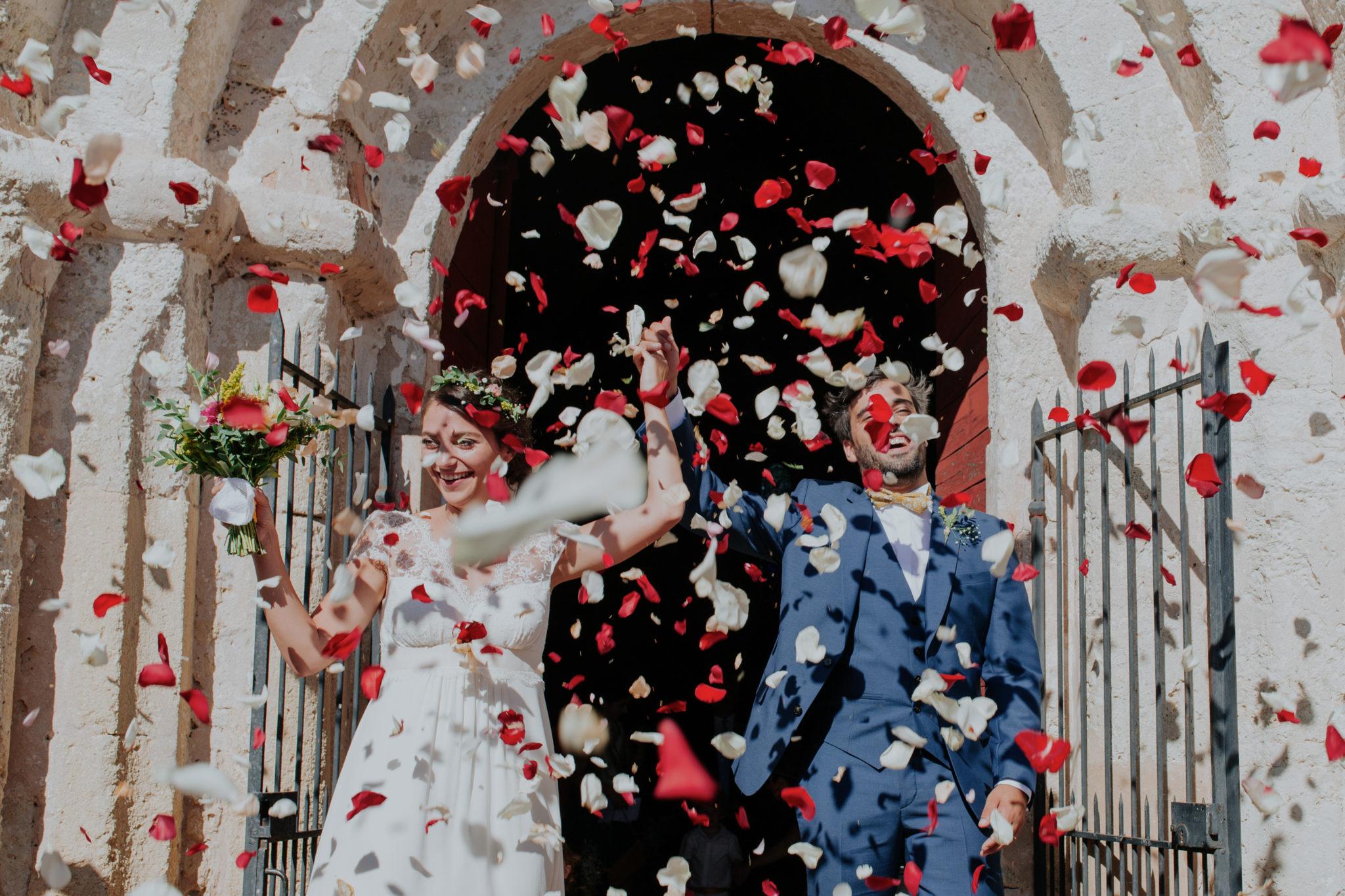 Sortie des mariés pétales roses église Pessac sur Dordogne