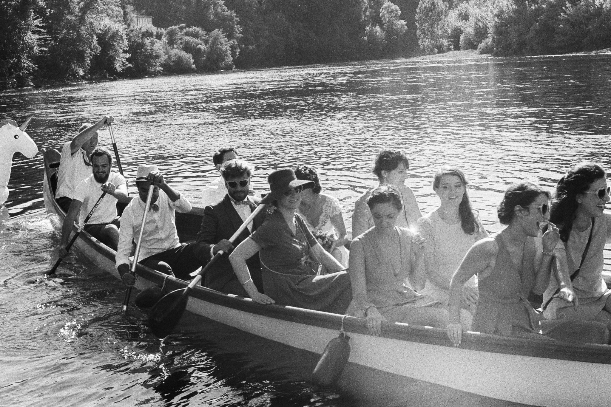 Départ des mariés et témoins en barque et bouées licorne Pessac sur Dordogne