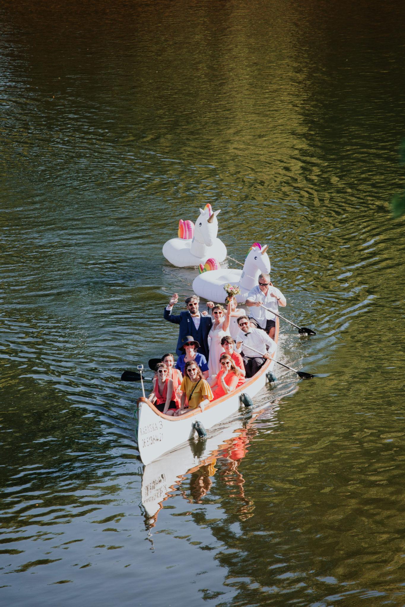 Arrivée des mariés et témoins en barque et bouées licorne Chateau de Pirey Dordogne