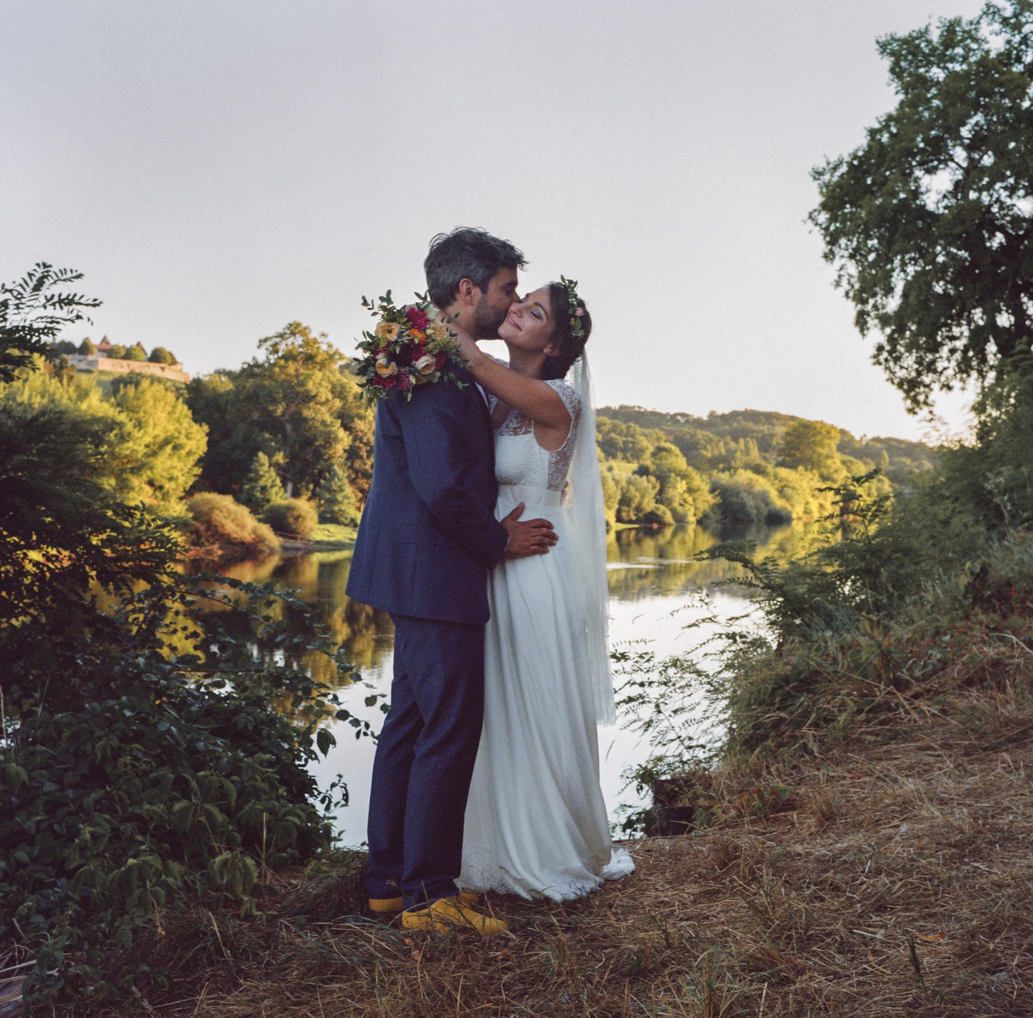 Mariés au bord de la Dordogne Chateau de Pirey