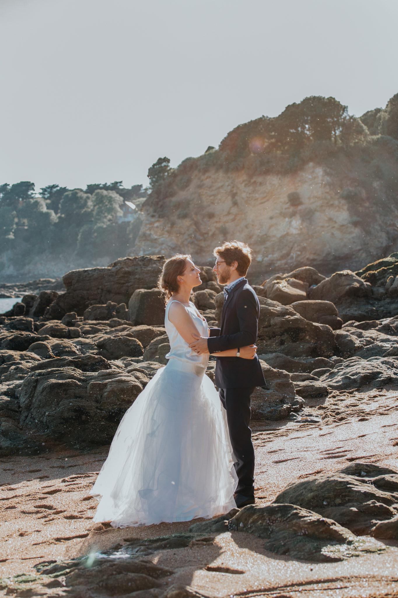 Portrait mariés plage golden hour Chateau-Saint-Marc St Nazaire La Baule Atlantique