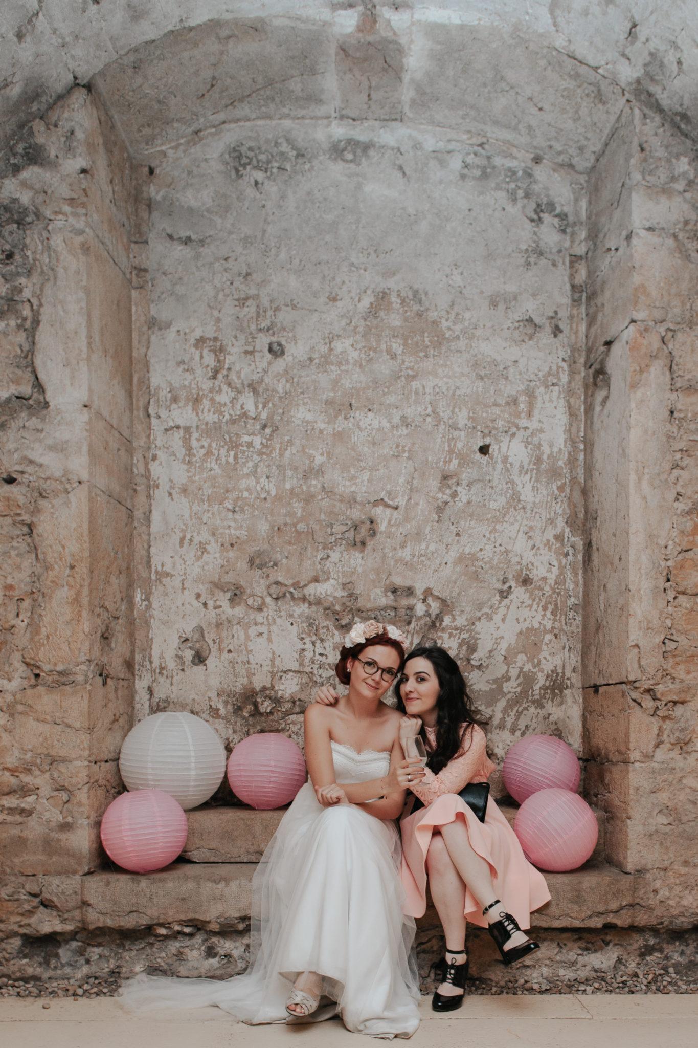 Mariée et bridesmaid cocktail Domaine de l'Ordre des Compagnons du Beaujolais Lacenas