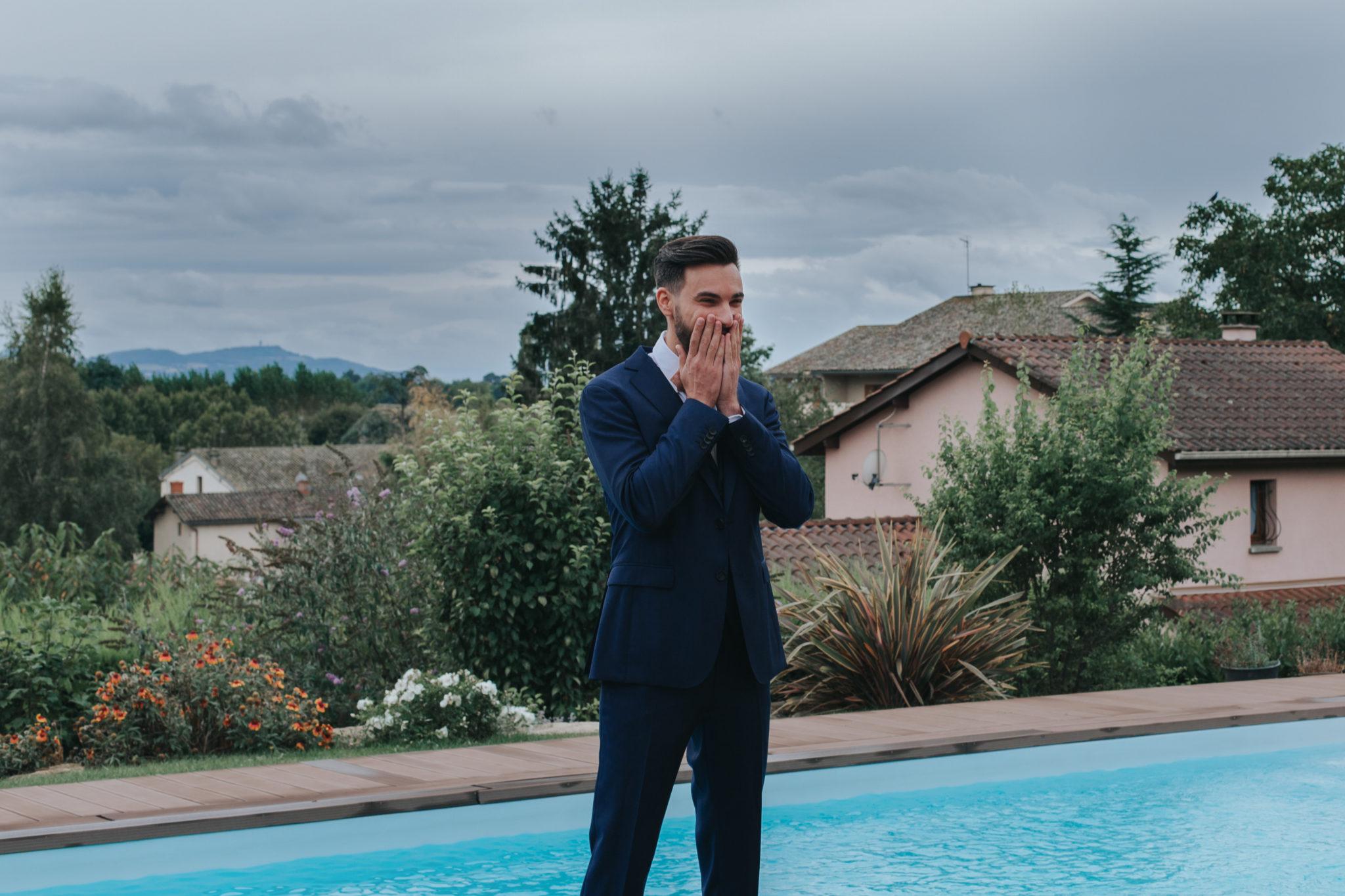Découverte first look mariés piscine Beaujolais