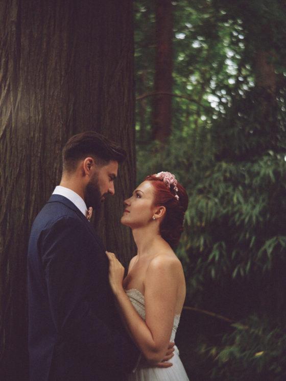 Portrait mariés alliances Lyon parc Tête d'or bois lubitel