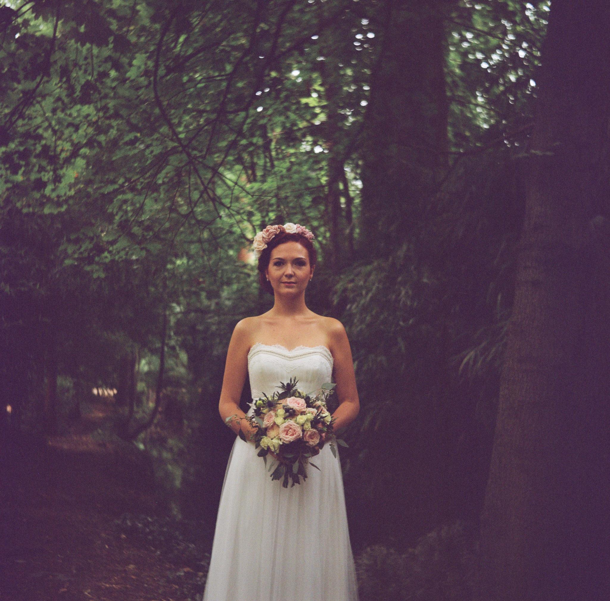 Portrait mariée alliances Lyon parc Tête d'or bois lubitel
