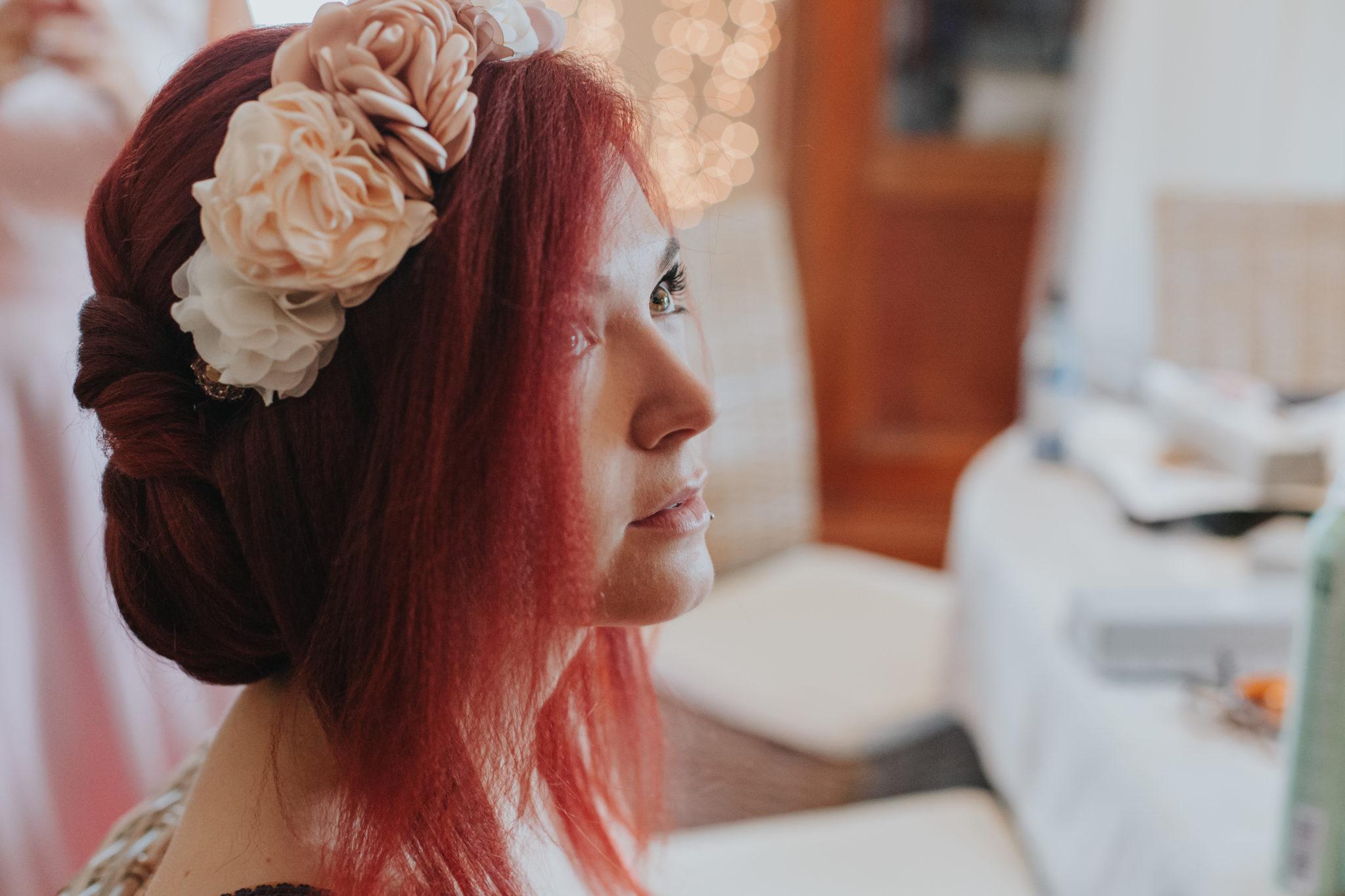 Mariée cheveux rouges couronnes fleurs tissu préparatifs coiffure mariage Lyon Beaujolais