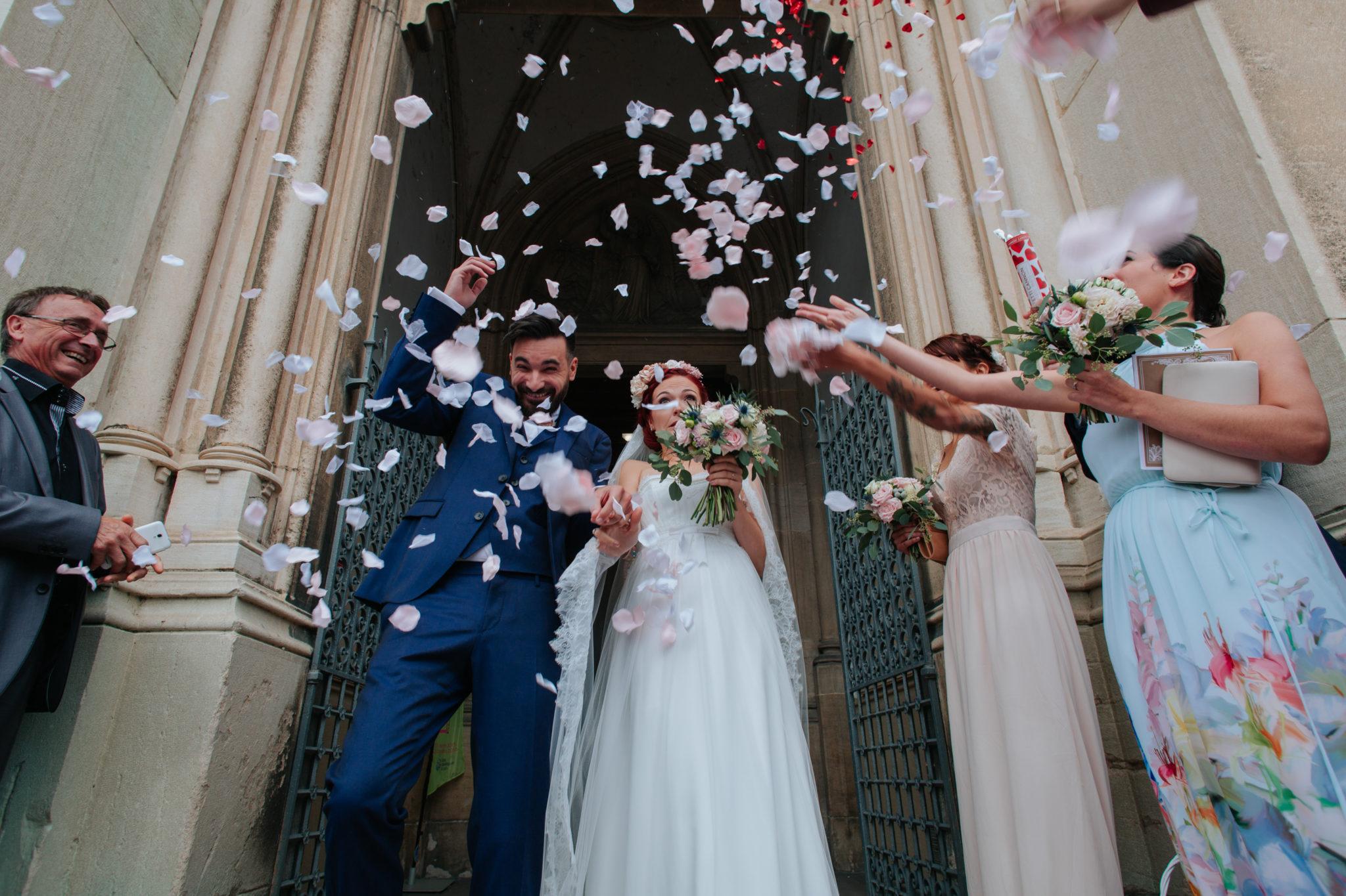 Sortie église mariés Fontaine-sur-Saône cérémonie religieuse Lyon Beaujolais