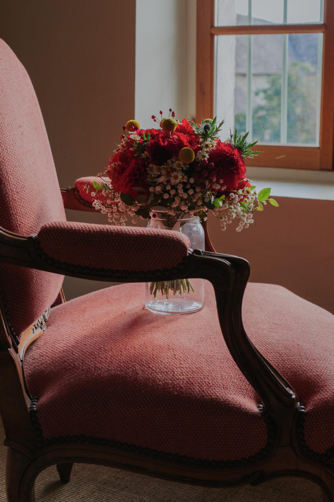 Bouquet mariée fleurs rouges Mariage 50s Domaine Mauvoisin Lommoye
