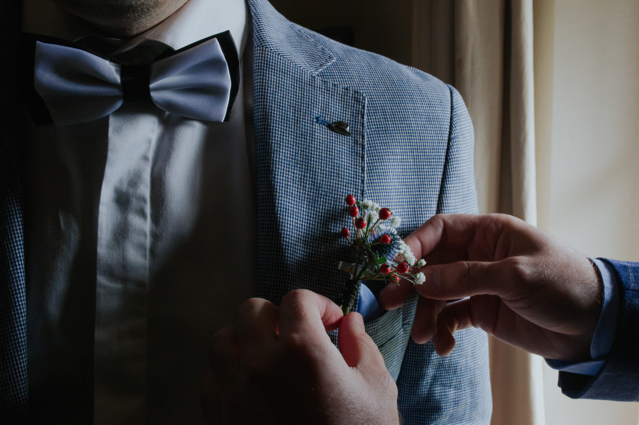 Préparatifs marié boutonnière fleurs tricolores bleu blanc rougeMariage 50s Domaine Mauvoisin Lommoye