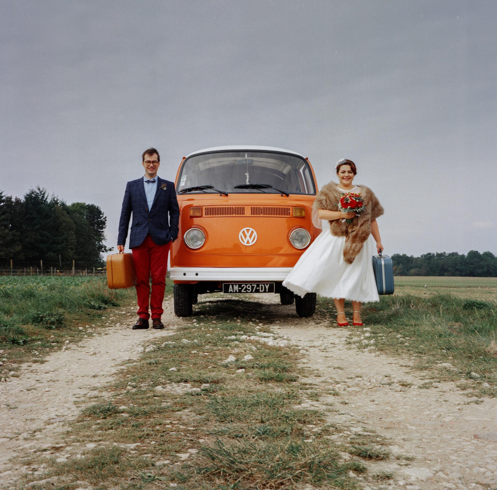 Portrait mariés champ combi vw volkswagen vintage orange Mariage 50s Domaine Mauvoisin Lommoye