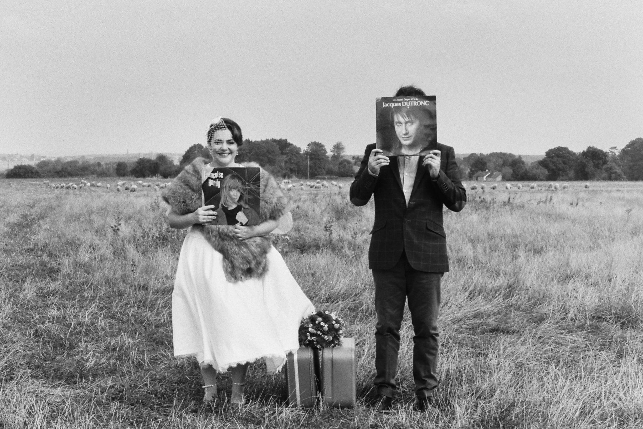 Portrait mariés champ vinyles dutronc hardy Mariage 50s Domaine Mauvoisin Lommoye