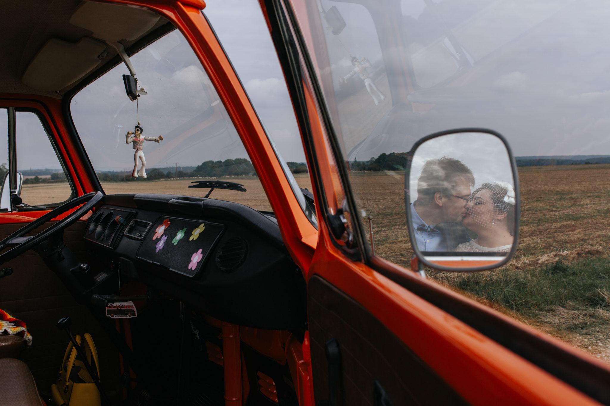 Baiser mariés champ combi vw volkswagen vintage orange Mariage 50s Domaine Mauvoisin Lommoye