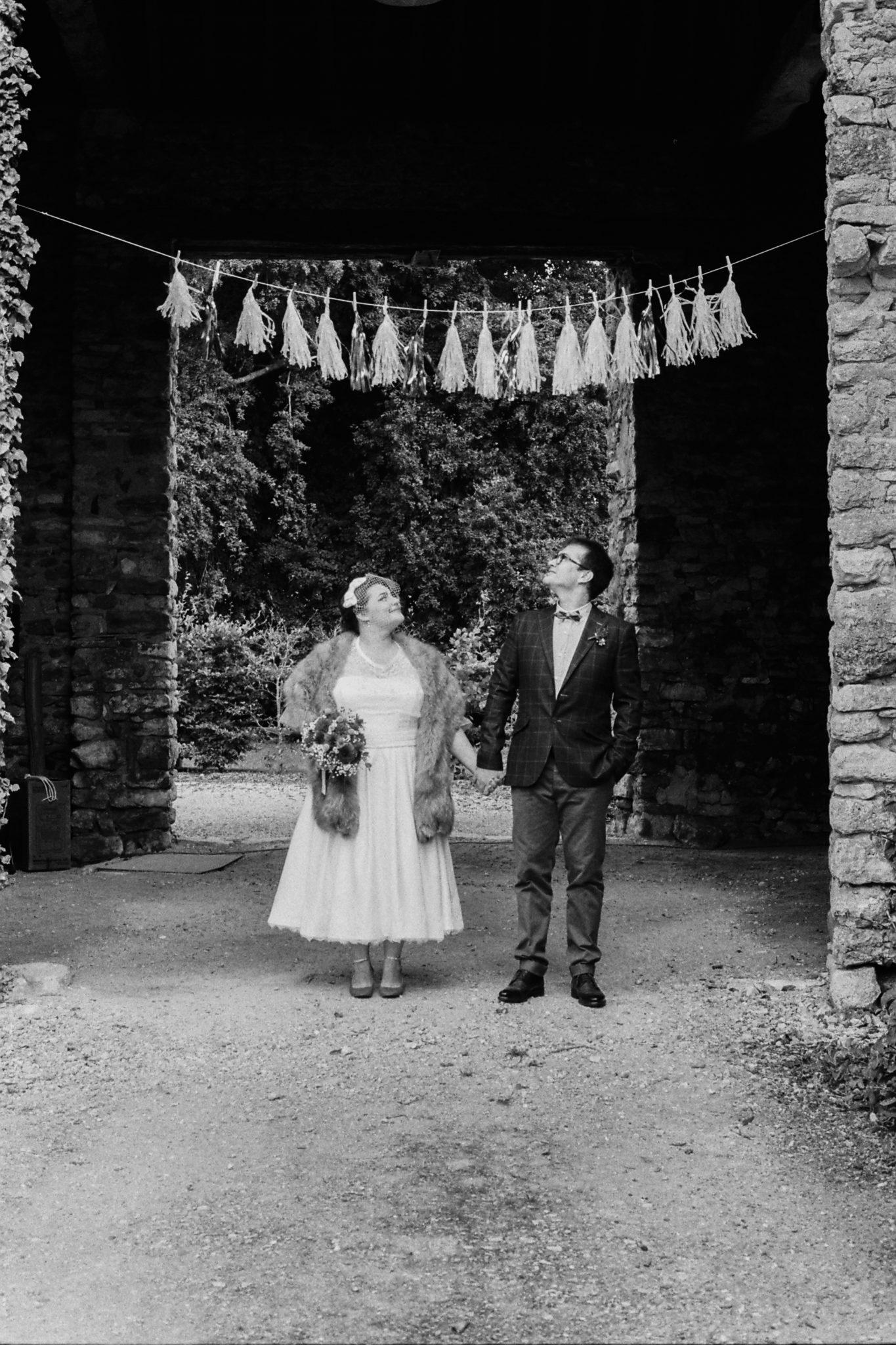 Portrait mariés grange pompons paillettes glitter Mariage 50s Domaine Mauvoisin Lommoye