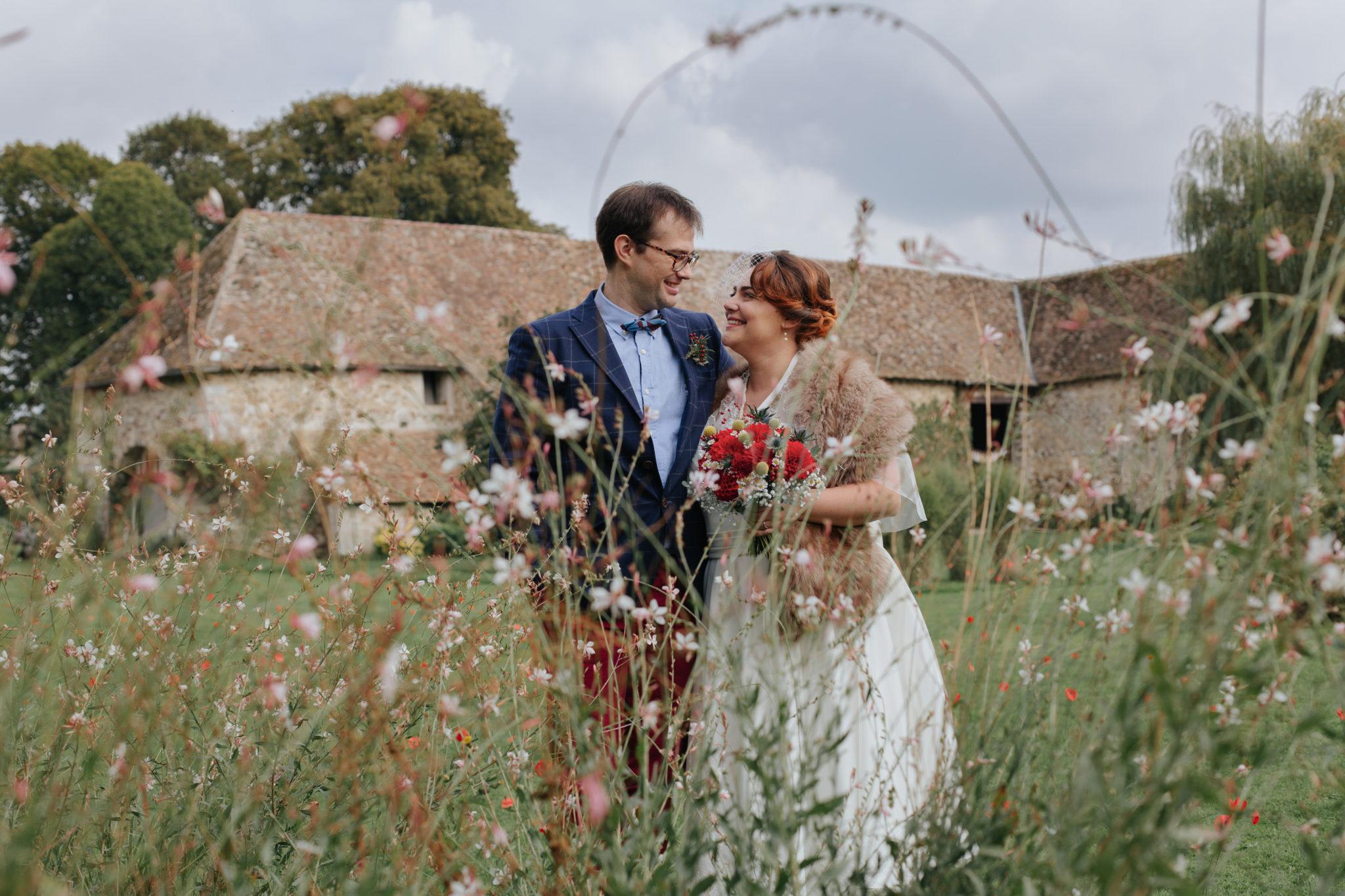Portrait mariés jardin Mariage 50s Domaine Mauvoisin Lommoye