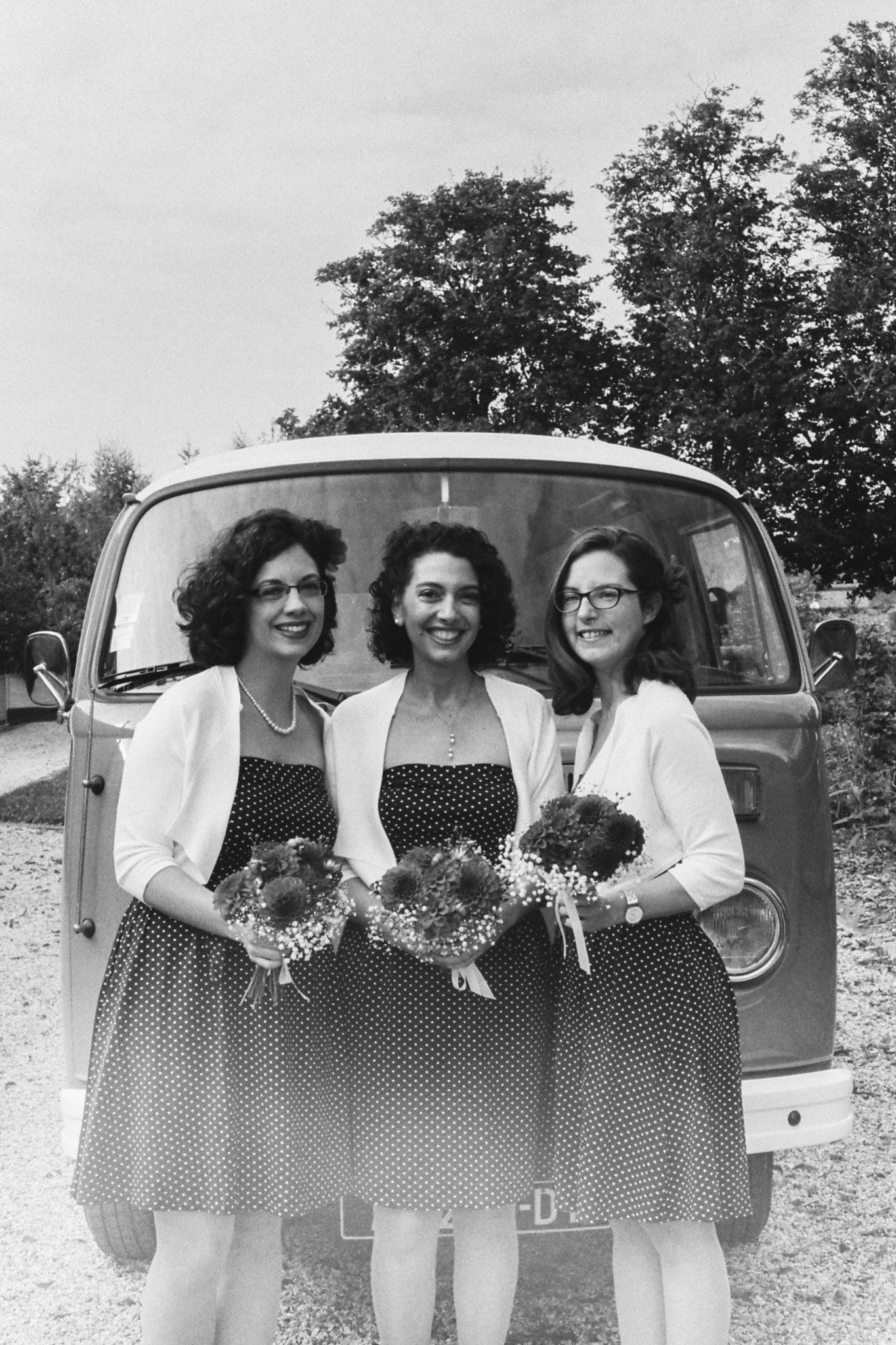Portrait bridesmaids témoins robe noire pois blancs combi vw volkswagen vintage orange Mariage 50s Domaine Mauvoisin Lommoye