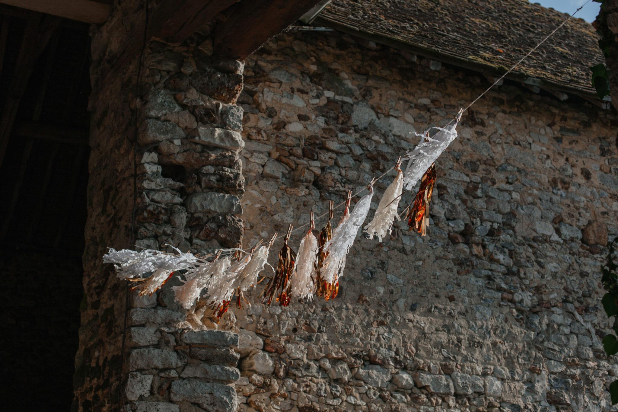 Entrée cérémonie grange pompons glitter vegas Mariage 50s Domaine Mauvoisin Lommoye