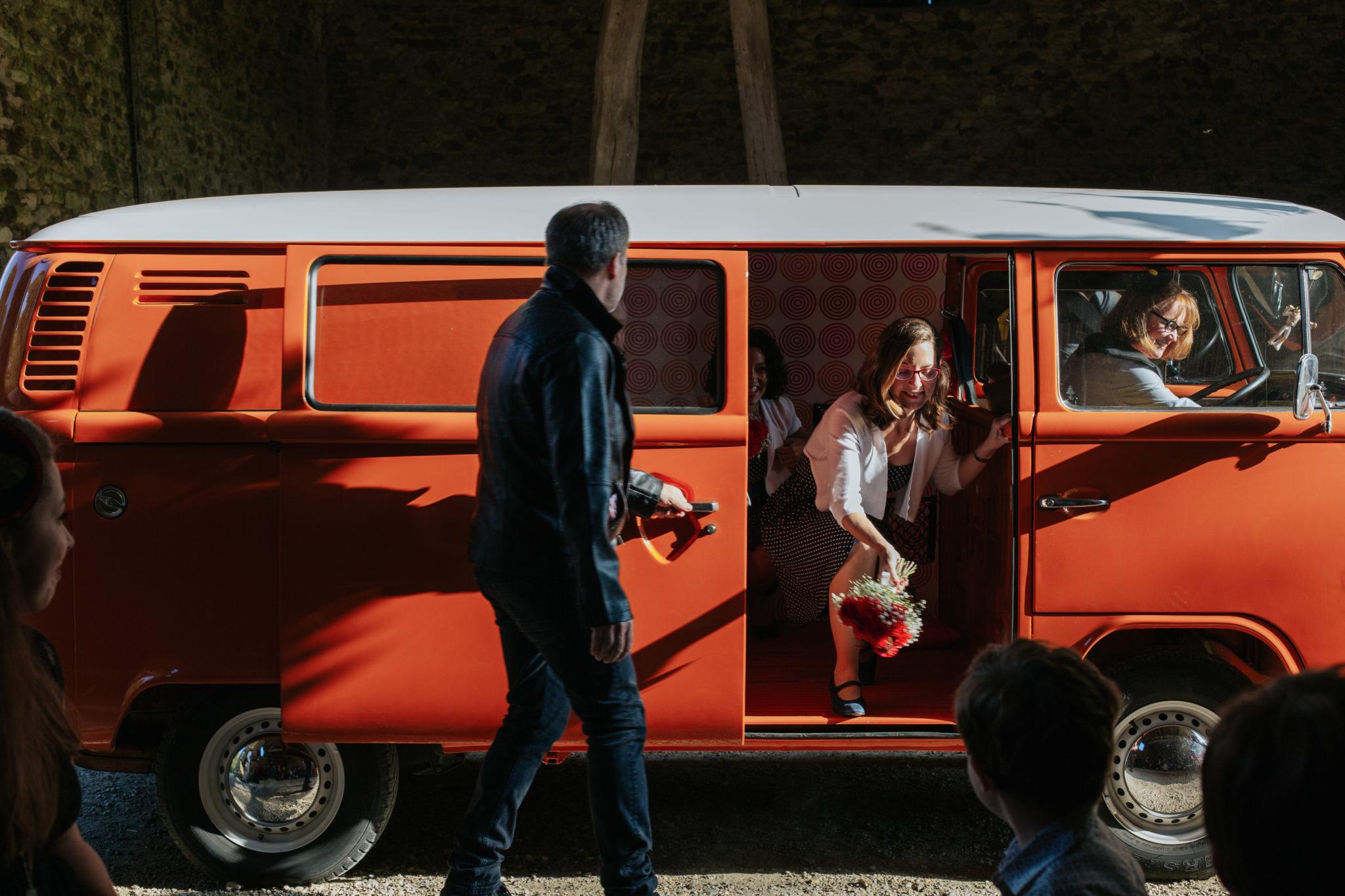 Arrivée témoins cérémonie laïque combi vw volkswagen orange vintage Mariage 50s Domaine Mauvoisin Lommoye