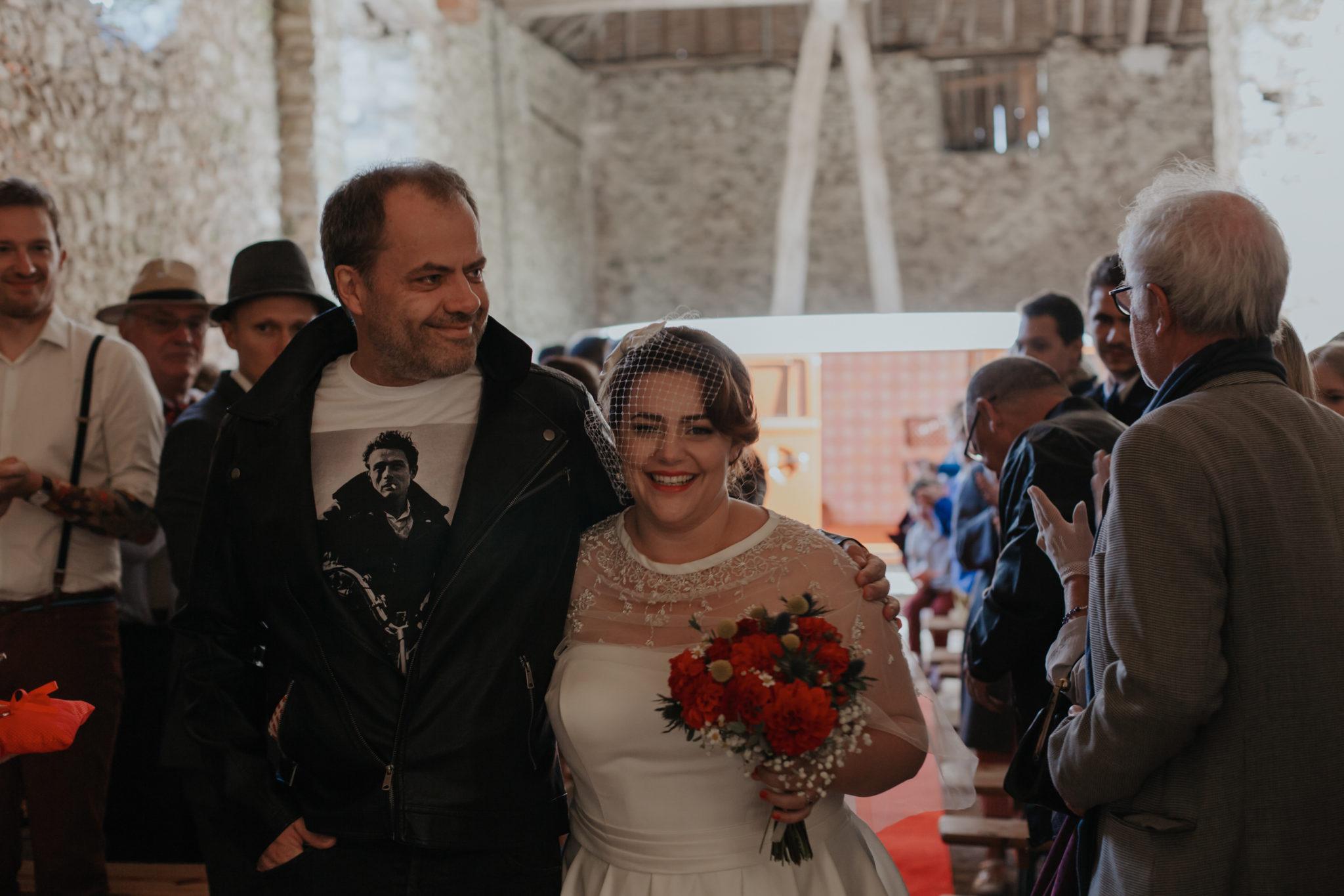Entrée mariée et son père Mariage 50s Domaine Mauvoisin Lommoye