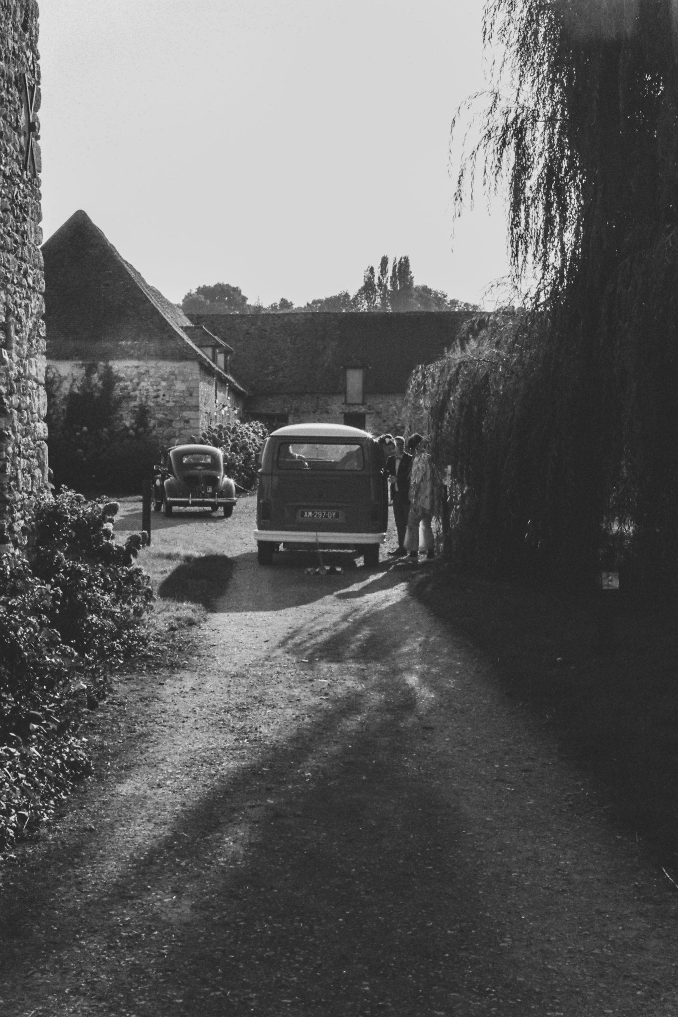 Sortie marié Cérémonie laïque émotions mariés combi vw volkswagen vintage orange Mariage 50s Domaine Mauvoisin Lommoye