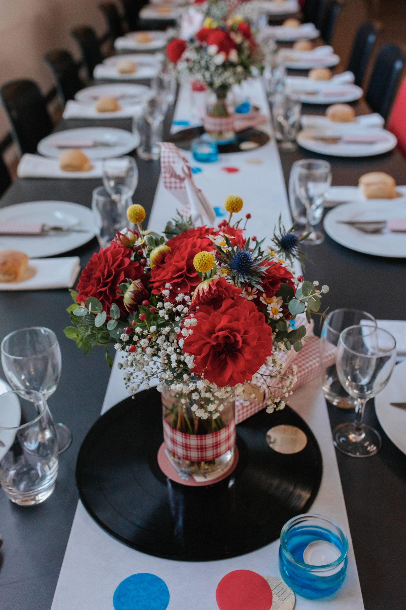 Décoration table DIY diner vinyles tricolore bleu blanc rouge Mariage 50s Domaine Mauvoisin Lommoye