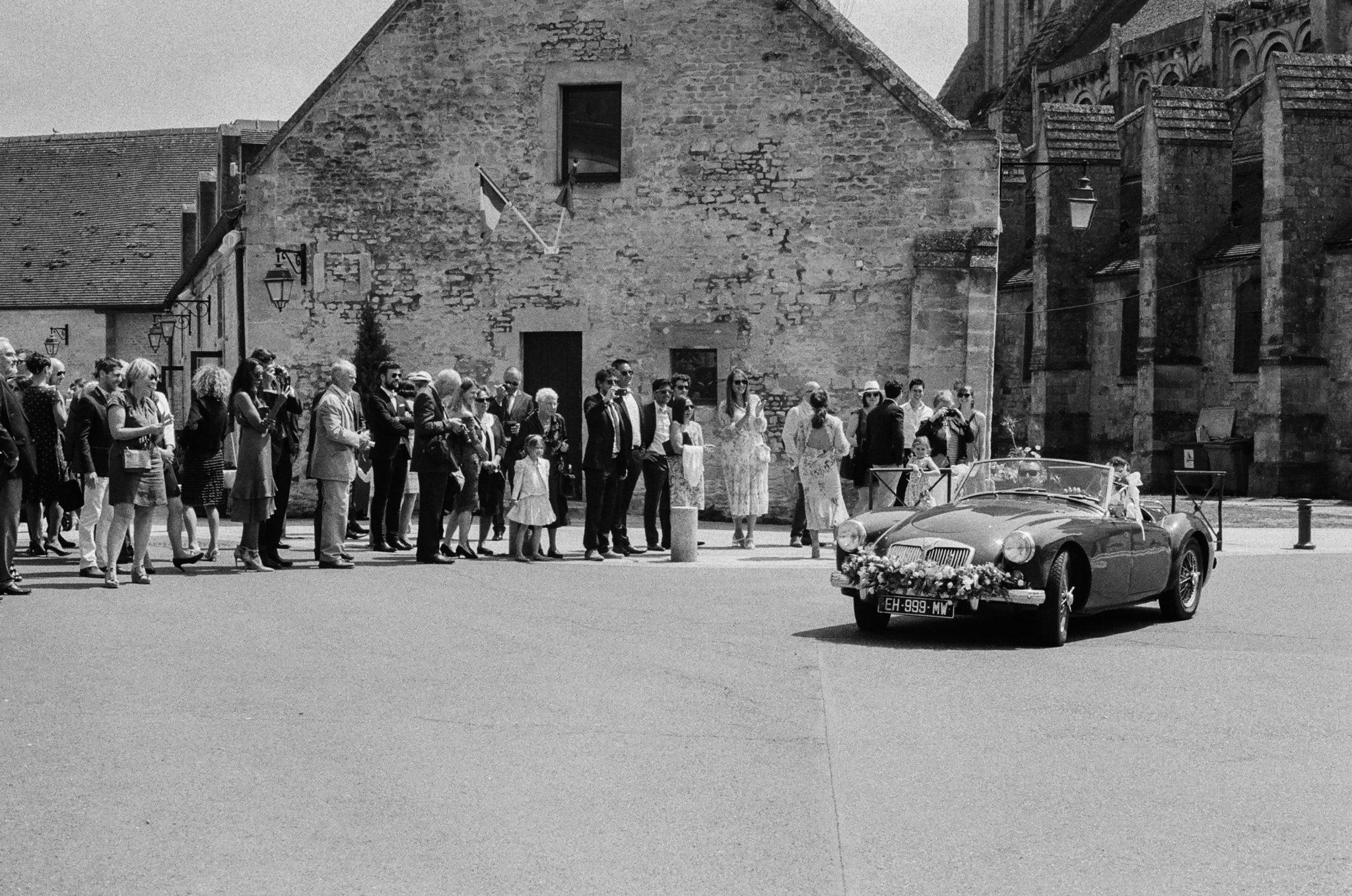Arrivée du marié MG décapotable mairie Ouistreham film analogue noir et blanc