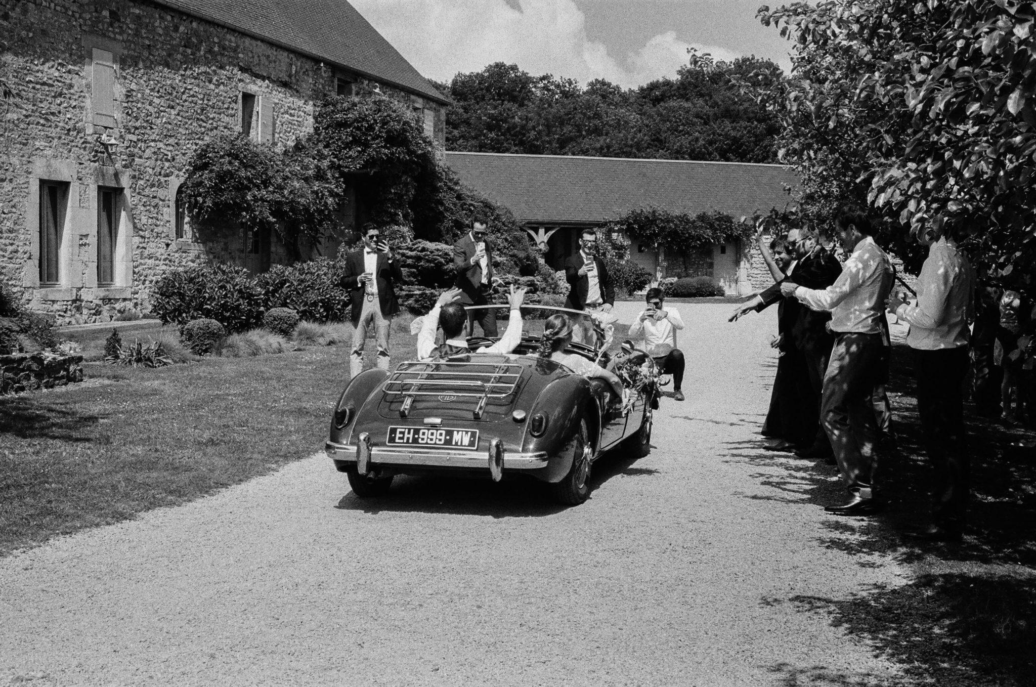 Arrivée des mariés MG verte décapotable Grange d'Espins film analogue noir et blanc