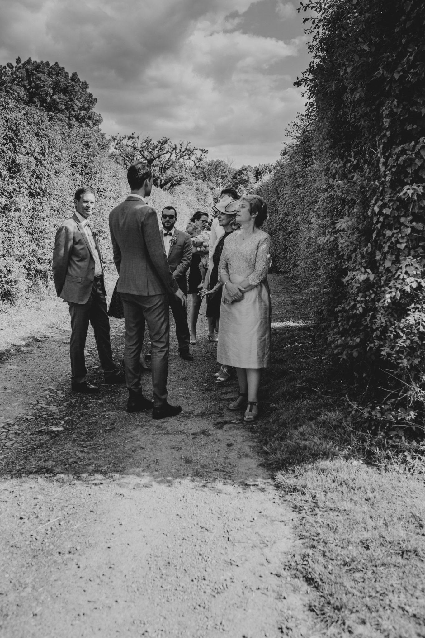 Cortège marié, sa mère témoins cérémonie laïque verger jardin grange d'Espins